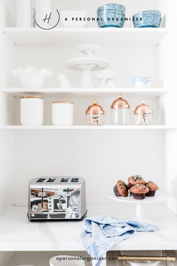 Simple holiday decluttering plan. Use our simple holiday decluttering plan to quickly and efficiently declutter your home so you are always ready for last-minute holiday visitors.